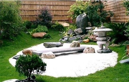 首页 装修设计 精品案例   别墅外的庭院小道使用一些石材铺制而成.