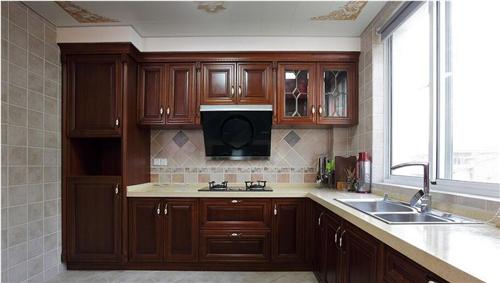 首页 装修知识  这款欧式厨房的设计采用实木的整体橱柜,简约时尚.
